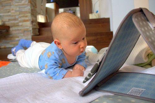 dojenčkov razvoj, razvoj doenčka, dojenček star dva meseca