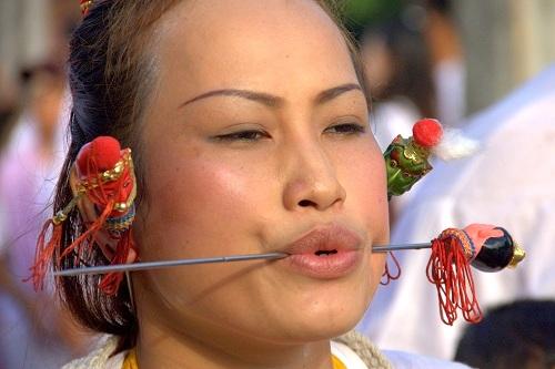 Vegetarijanski festival, Vegetarijanski festival na Phuketu, Phuket Tajska, Tajska potovanje, potovanje na Tajsko, potovanje po Tajski, bizarni festivali po svetu
