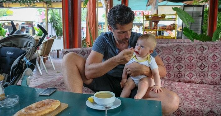 dojenček na potovanju, hrana dojenčka na potovanju