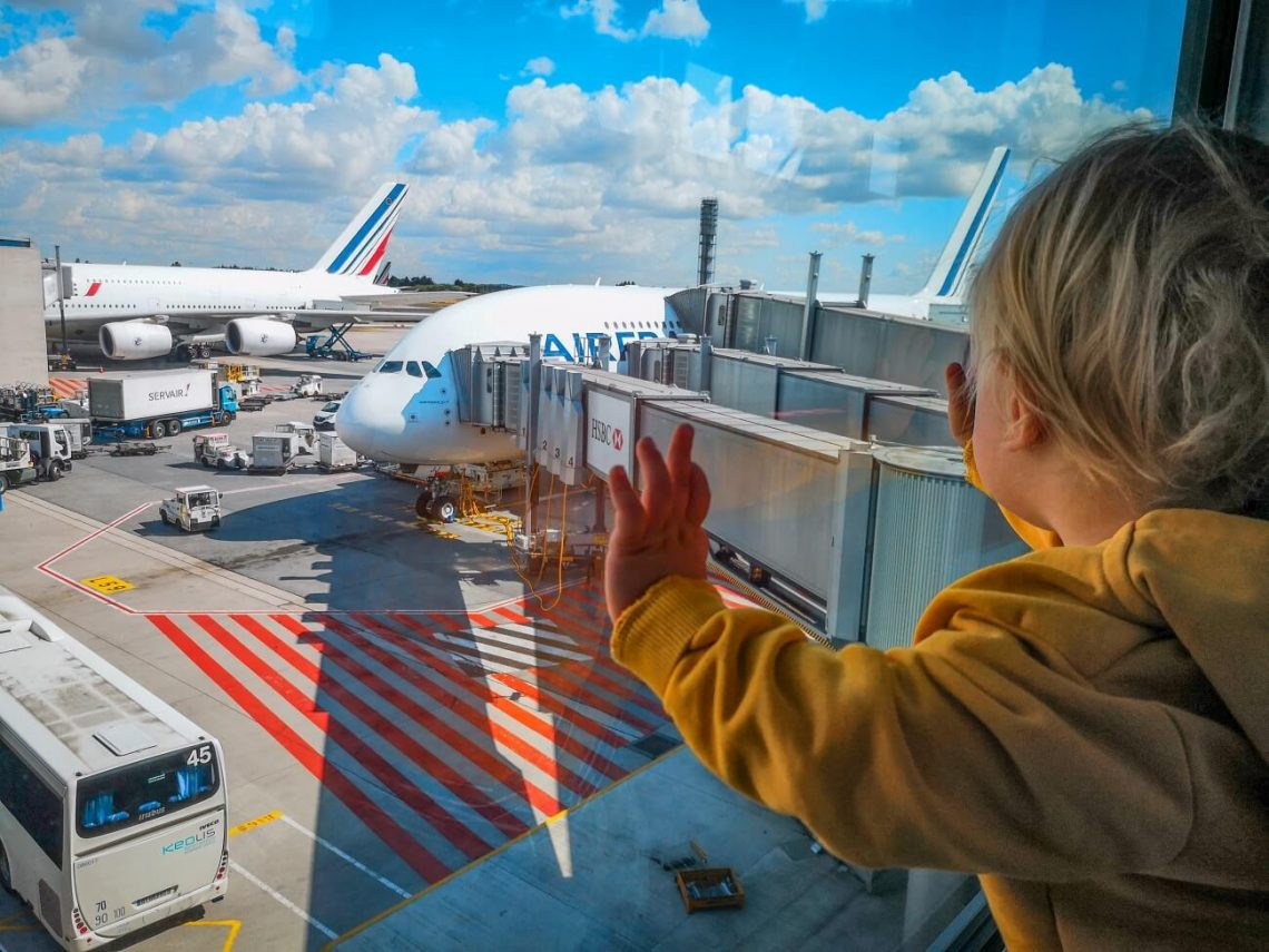 z otrokom na letalo, potovanja z otrokom, kam z otrokom